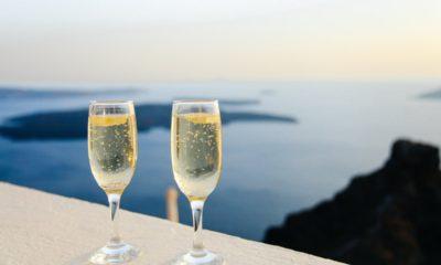 dwa kieliszki szampana z pięknym widokiem morza w tle