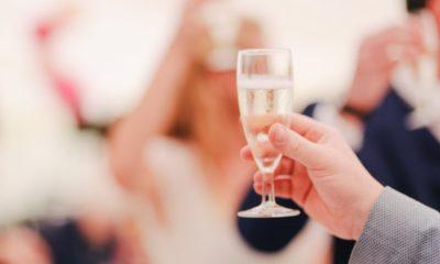osoba trzyma kieliszek szampana