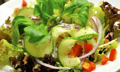 zdrowa sałatka z sosem