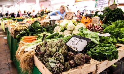 warzywa na stoisku. Marchewki, ziemniaki, brokuły, sałata, rzodkiewka, seler.