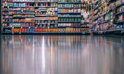 widok z dołu na półkę sklepową z różnymi produktami