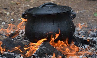 garnek żeliwny w ognisku
