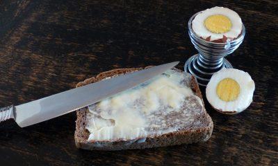 chleb z masłem i jajkiem