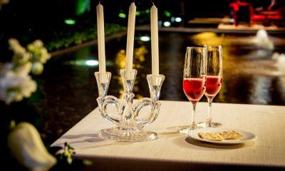 obiad w restauracji przy świecach