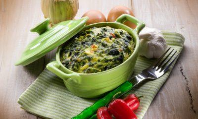 smaczne wegetariańskie danie ze szpinaku, sera fety i orzechów włoskich