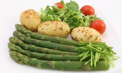 szparagi, ziemniaki, pomidory i rukola