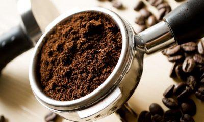 świeżo zmielona kawa w kolbie