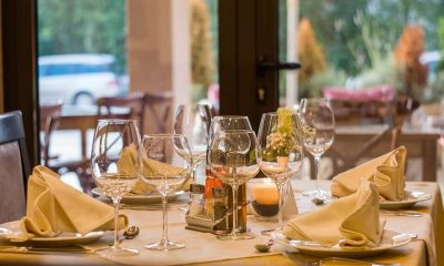 stół z kieliszkami na wino