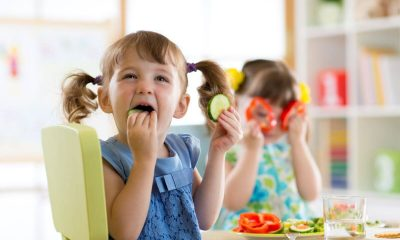 Zabawa dzieci z warzywani