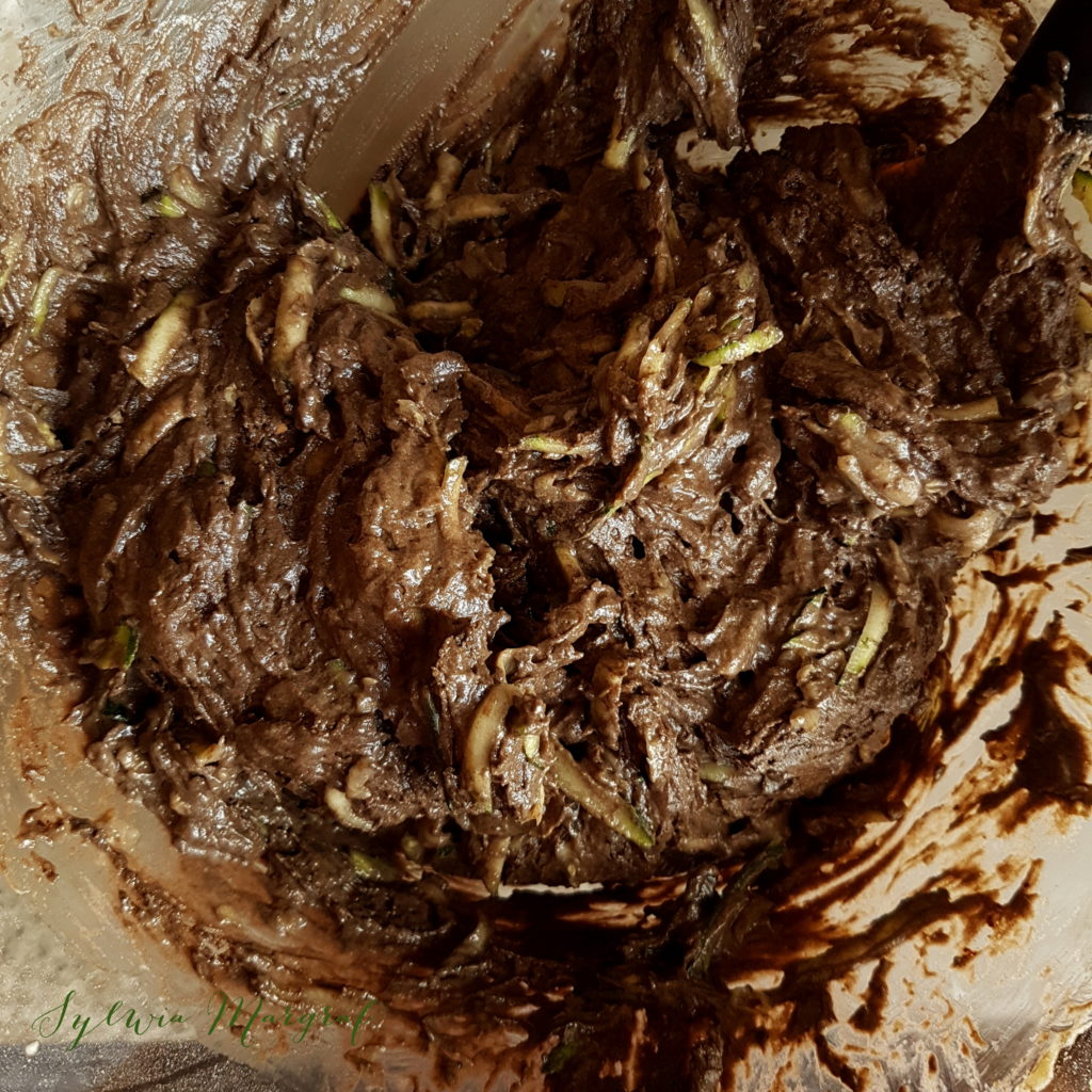 Ciasto z cukinii, składniki wymieszane