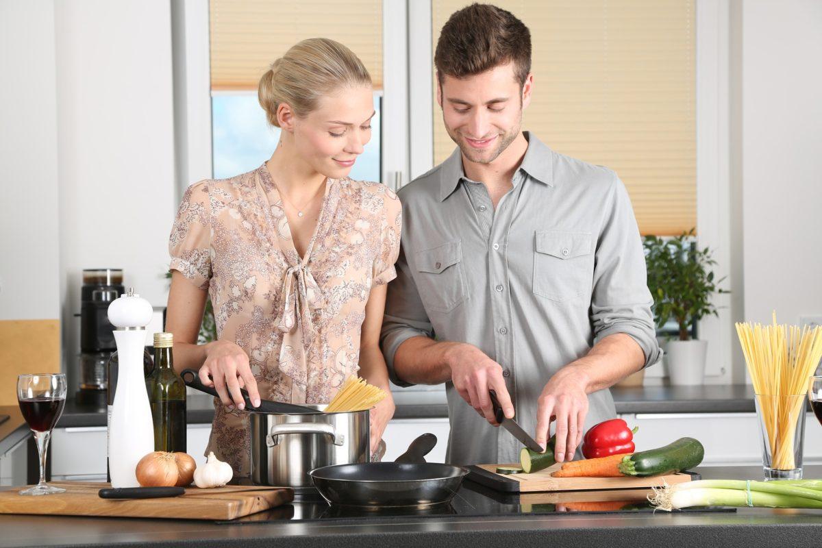 mezczyzna i kobieta na kuchni