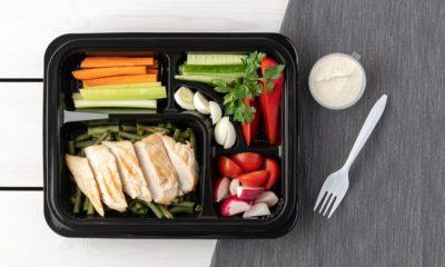 warzywa i kurczak z sosem w pudełku