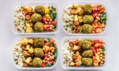 Pudełka z jedzeniem z cateringu dietetycznego