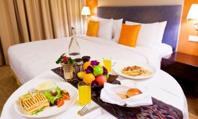 Stół w hotelu zastawiony jedzeniem