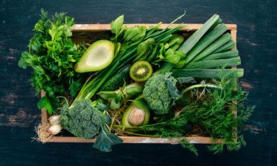 zielone warzywa na tacce