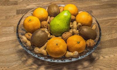 owoce i orzechy w misce