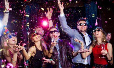 ludzie bawiący się na imprezie sylwestrowej