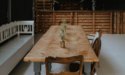 drewniany stół w eleganckim pomieszczeniu